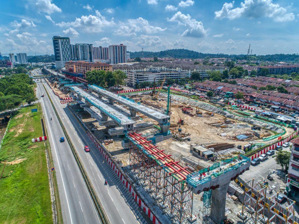 Pandangan udara pembinaan trestle sedang dijalankan di tapak Stesen MRT Taman Equine.