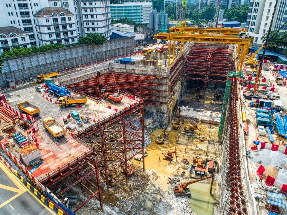 Pandangan atas persediaan untuk aktiviti-aktiviti letupan di tapak Stesen MRT Conlay.