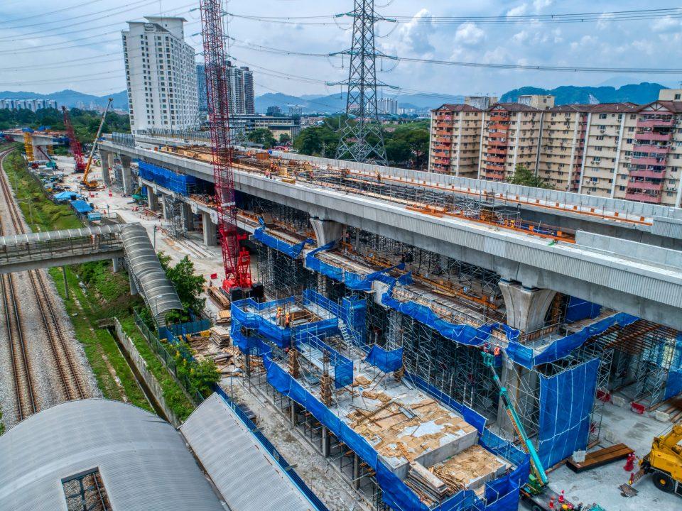 Pandangan kerja-kerja pengukuhan platform sedang berlangsung di Stesen MRT Kampung Batu.