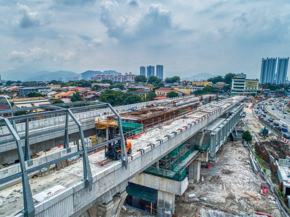 Pandangan kerja-kerja pemasangan sedang dijalankan bagi kerangka bawah struktur besi bagi aras ruang legar Stesen MRT Jinjang.