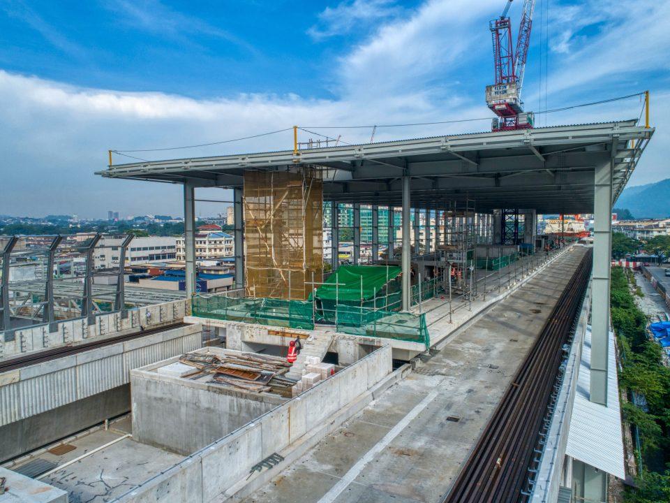 Pandangankerja-kerja seni bina seperti tembok bata, melepa dan mengecat sedang dijalankan di aras platform Stesen MRT Kepong Baru.