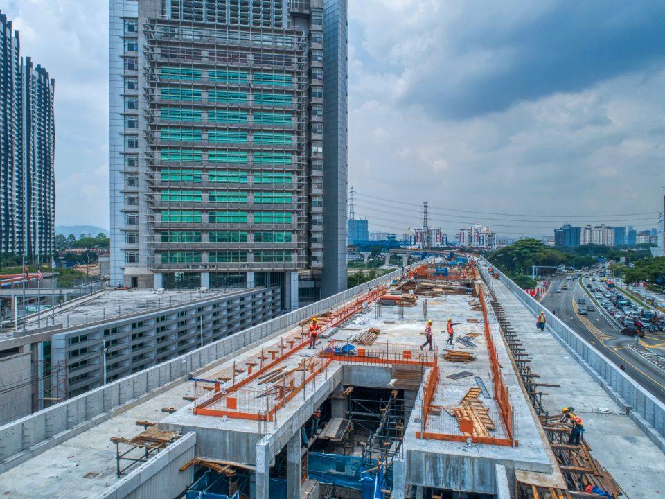Pandangan penuangan platform bagi peringkat akhir di Stesen MRT Sri Delima.