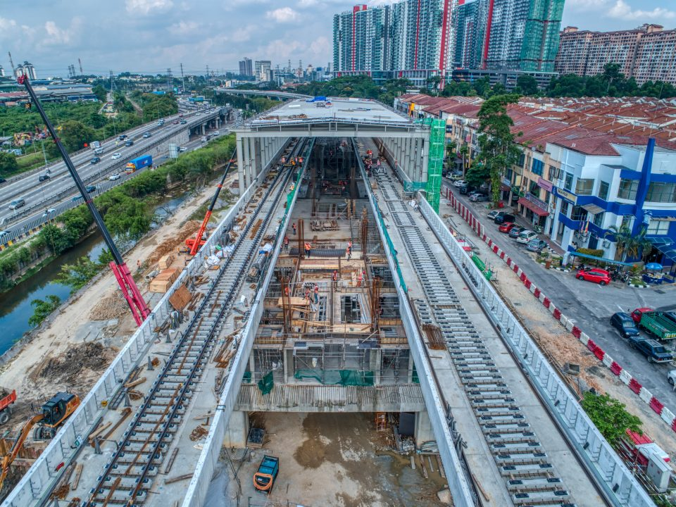 Pandangan udara kerja-kerja landasan sedang dijalankan di tapak Stesen MRT Damansara Damai.