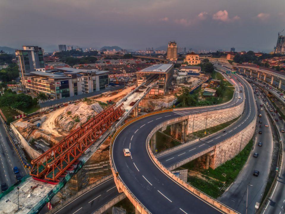 Pandangan udara kerja-kerja penegasan terakhir bagi lintasan rentangan panjang di tapak Stesen MRT Sri Damansara Timur.