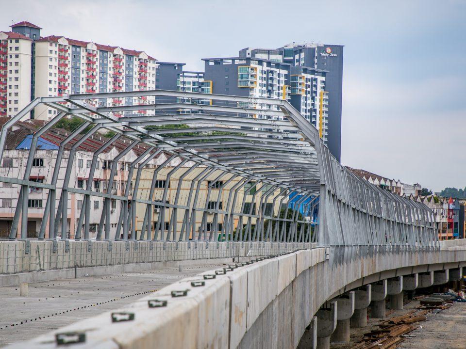 Kerja-kerja pemasangan dari kabel penghantaran sedang dijalankan di jajaran berhampiran Stesen MRT Taman Universiti.