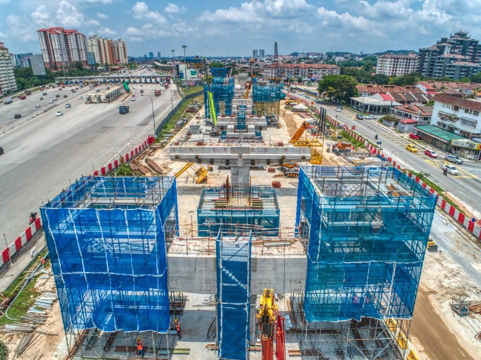 Pembinaan kepala-kepala tiang yang berada di atas rasuk sesilang boleh dilihat dari pandangan udara tapak Stesen MRT Serdang Raya Utara.