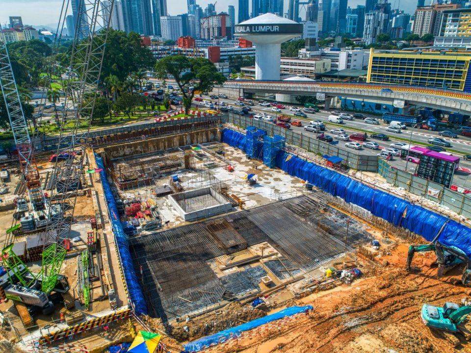Pandangan udara aktiviti-aktiviti yang sedang berjalan bagi aras papak bumbung Stesen MRT Hospital Kuala Lumpur.