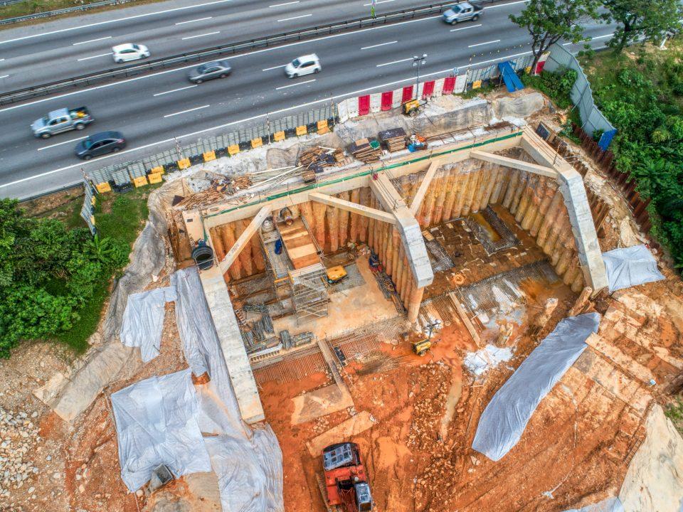 Persiapan kerja-kerja terowong mikro sedang dijalankan di laluan bawah berhampiran Lebuhraya KL-Seremban.