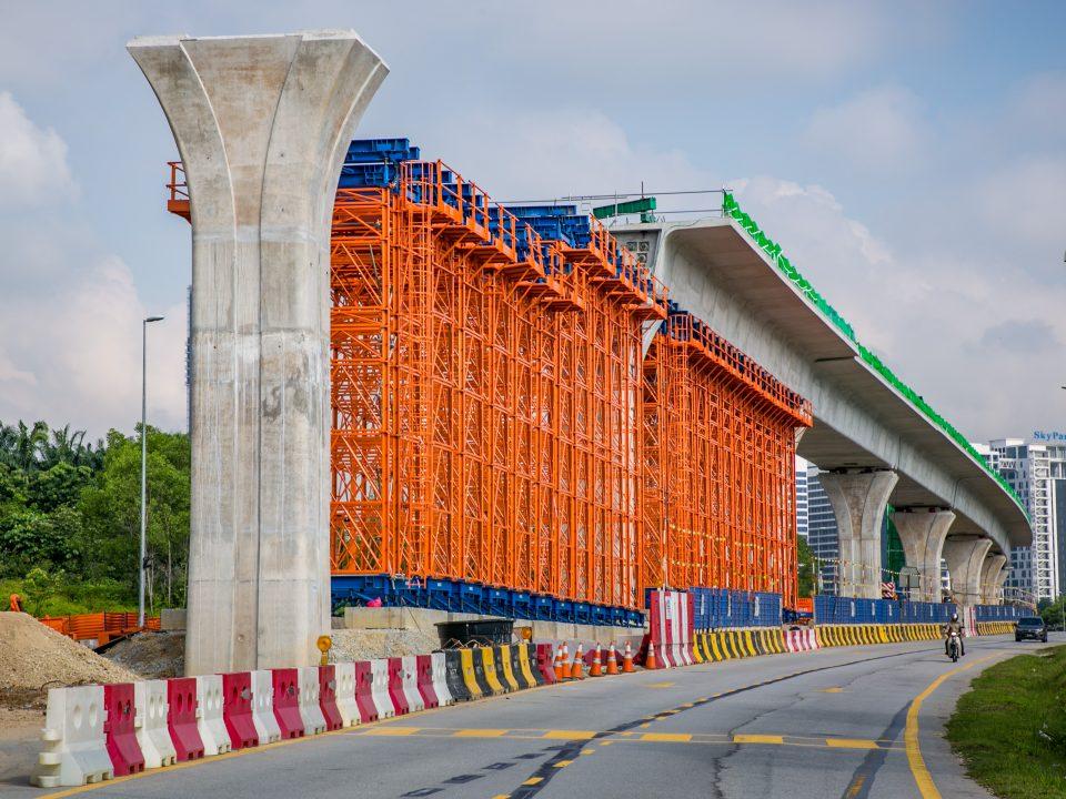 Pandangan kerja-kerja pembinaan tresel di Stesen MRT Cyberjaya City Centre.