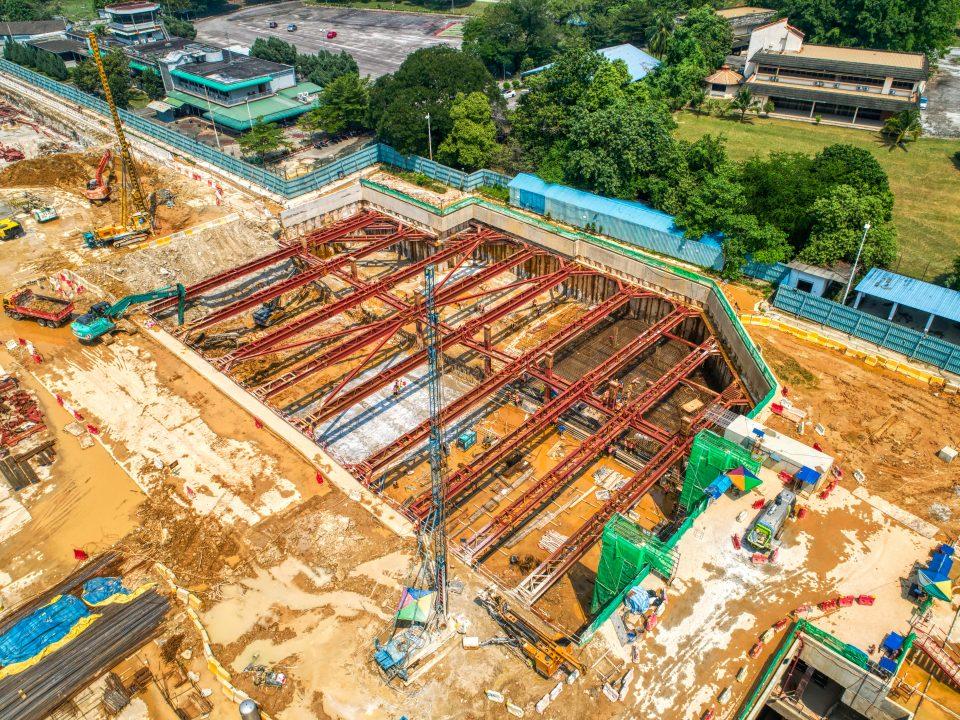 Pandangan udara tapak Stesen MRT Bandar Malaysia Selatan menunjukkan aktiviti-aktiviti sengkang sedang dijalankan.