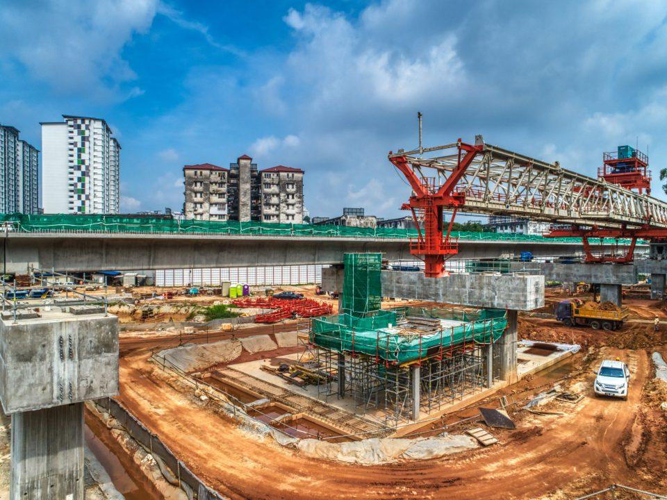 Pandangan udara pelancaran galang kekotak bersegmen dan kerja-kerja aras ruang legar stesen di tapak Stesen MRT Taman Naga Emas.