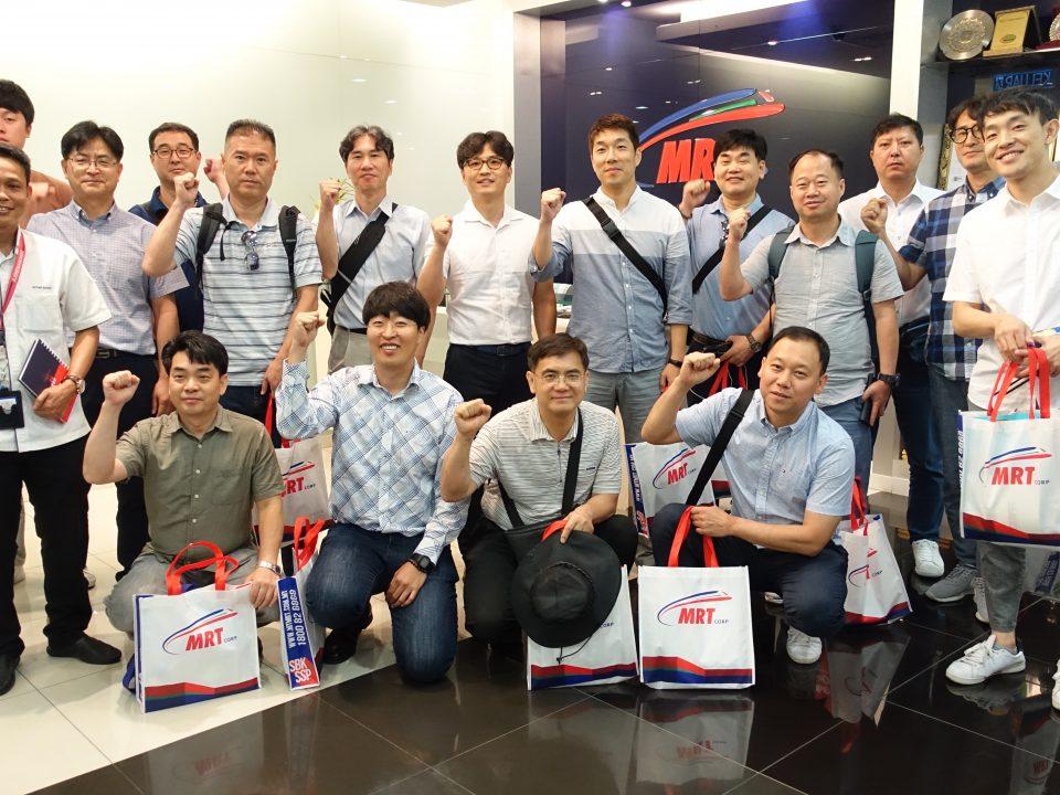 KENANGAN: Gambar berkumpulan dari delegasi Seoul Metro dengan Penolong Pengurus Besar Piawaian dan Pematuhan Mass Rapid Transit Corporation Sdn Bhd (MRT Corp), Encik Azhar Sofah (kiri) sempena lawatan mereka ke MRT Corp.
