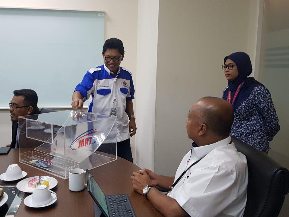 MASUK NAMA: Presiden Persatuan Kontraktor Bumiputera Kelas F Malaysia (PERKOBF), En Tukiman Radion (tengah) memasukkan nama ke dalam kotak undian semasa Cabutan Undian Bumiputera yang ke-22 bagi MRT Laluan MRT Sungai Buloh- Serdang-Putrajaya (SSP)
