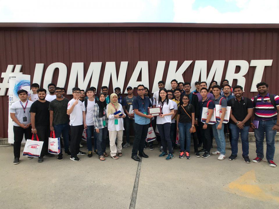KENANGAN: Gambar berkumpulan dan satu penyampaian token penghargaan oleh Pengurus Projek Kanan II Sistem Mekanikal dan Elektrik, Laluan Sungai Buloh-Serdangn-Putrajaya Mass Rapid Transit Corporation Sdn Bhd, Ir. Ridzuan Abdul Wahab (tengah) kepada Pensyarah Elektrik Kuasa, Kejuruteraan Kolej Universiti Tenaga Nasional, Cik Lee Hui Jing, di hadapan Pusat Informasi MRT Bandar Malaysia.