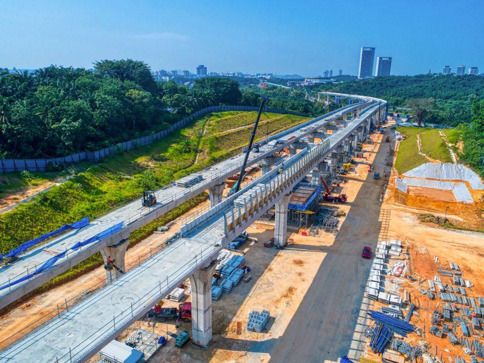 Pandangan kerja-kerja pemasangan dinding parapet dan penghadang bunyi sedang dijalankan di tapak Stesen MRT Cyberjaya Utara.
