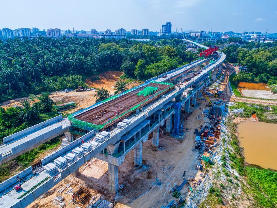 Pandangan udara papak platform Stesen MRT Cyberjaya City Centre sedang dibina.