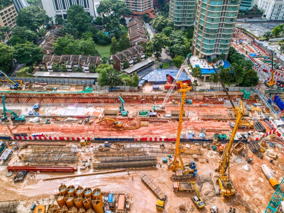 Pandangan udara kerja-kerja penggalian aras ruang legar dan kerja-kerja kambus balik bilik loji di tapak Stesen MRT KLCC Timur.