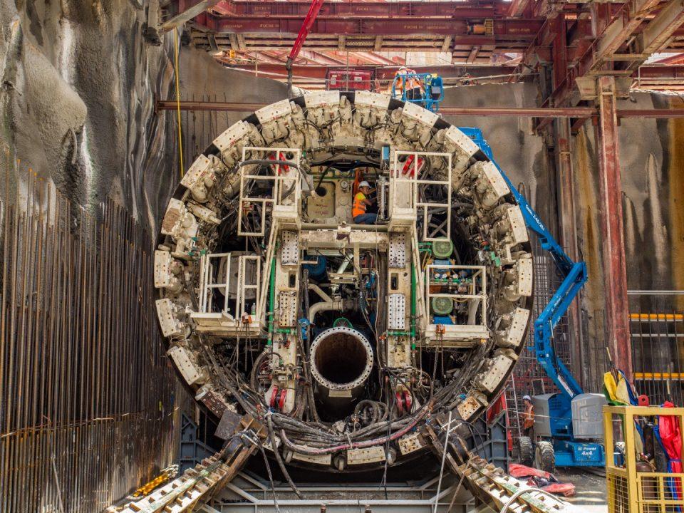 Kepala pemotong dan perisai hadapan mesin pengorek terowong sedang dipasang di syaf pelancaran Stesen MRT Conlay.