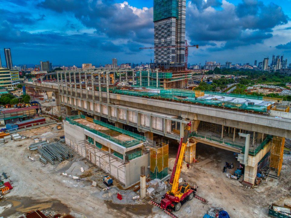 Pandangan udara Stesen MRT Jinjang menunjukkan pembinaan rasuk dan papak di aras platform yang telah siap sementara kerja-kerja pemasangan rangka atas struktur besi sedang dijalankan.