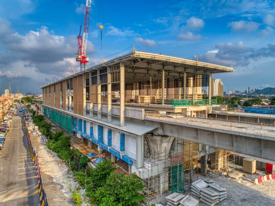 Pandangan tapak Stesen MRT Kepong Baru menunjukkan kerja-kerja kemasan seni bina sedang dijalankan seperti pemasangan mukaan stesen di kedua-dua bahagian kekotak stesen.