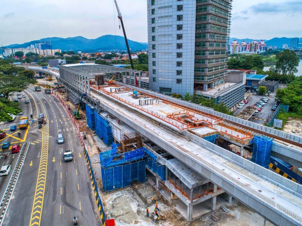 Pandangan udara kerja-kerja pembinaan tiang besi dan bumbung di Stesen MRT Sri Delima.
