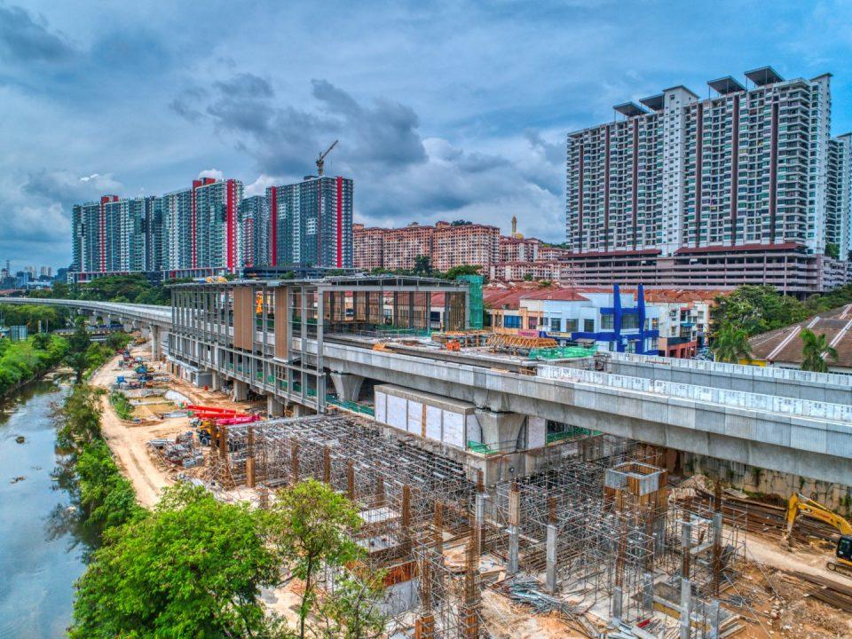 Pandangan udara kerja-kerja pembinaan papak platform Stesen MRT Damansara Damai.