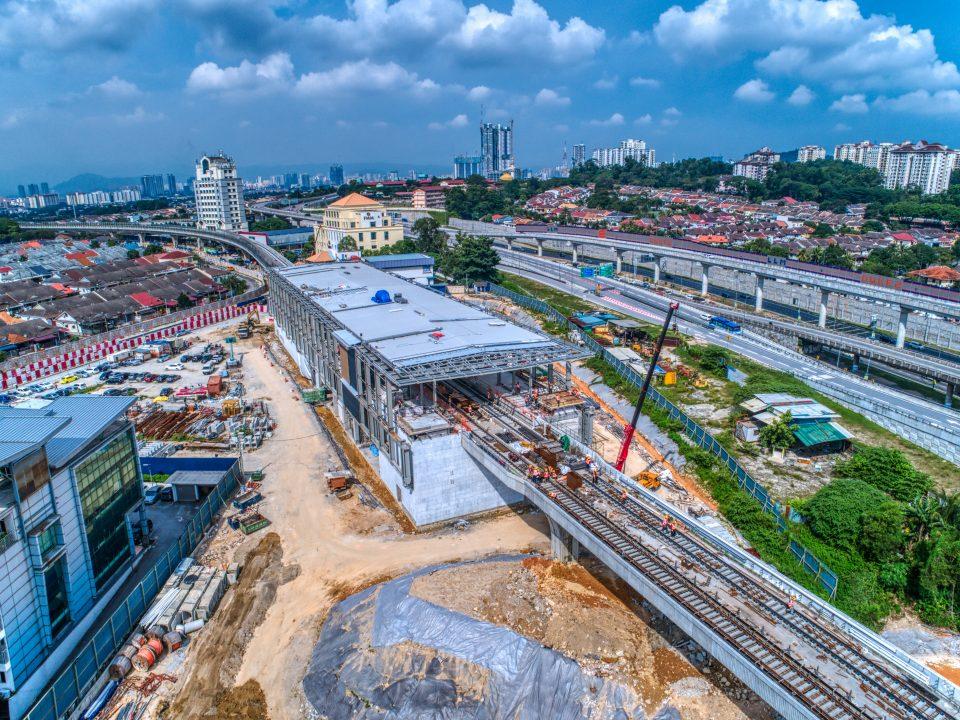Pandangan udara kerja-kerja bumbung stesen di tapak Stesen MRT Sri Damansara Timur