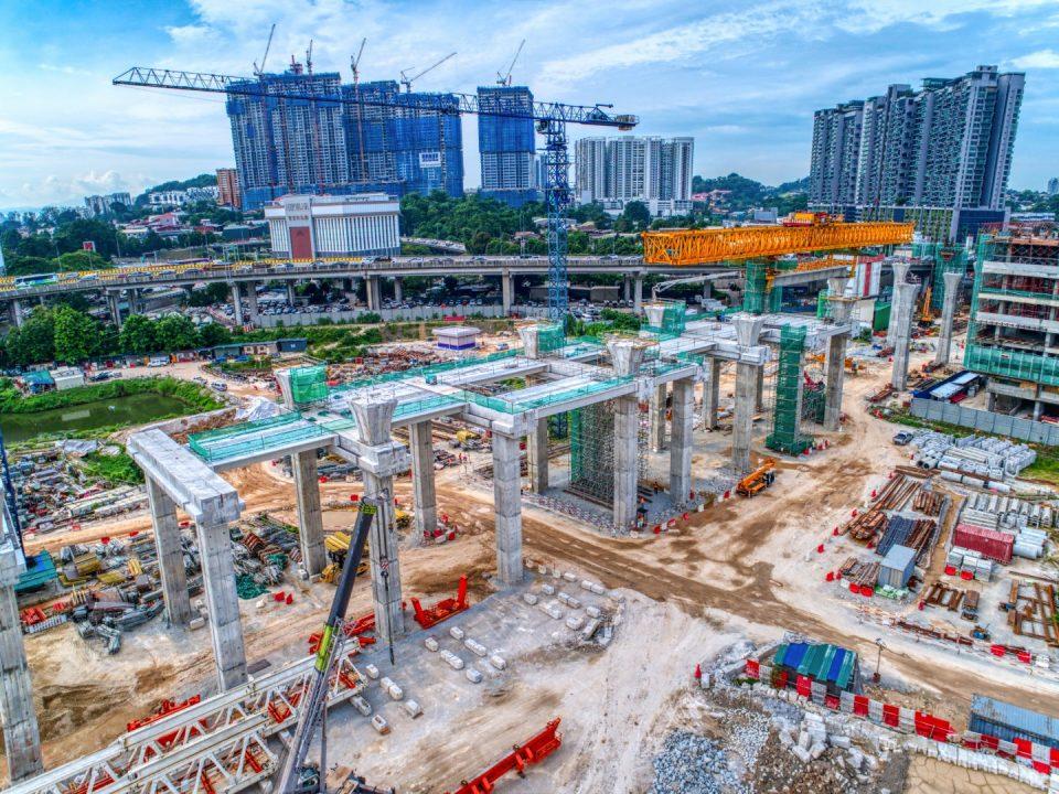 Kerja-kerja pembinaan galang kekotak bersegmen, pemasangan gantri pelancar dan pelancaran rasuk berbentuk T sedang berjalan di tapak Stesen MRT Kuchai Lama.