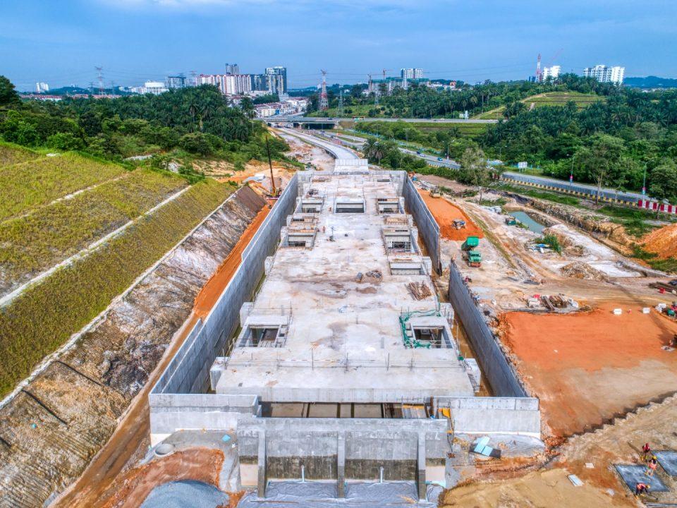 Pandangan udara pemasangan dan bumbung besi berstruktur untuk kerja-kerja logam babar di tapak Stesen MRT Taman Universiti.