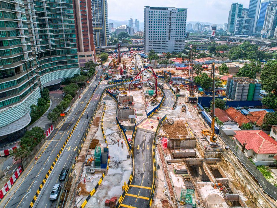 Pandangan kerja-kerja pemasangan konkrit asfalt di tapak Stesen MRT Kampung Baru Utara.