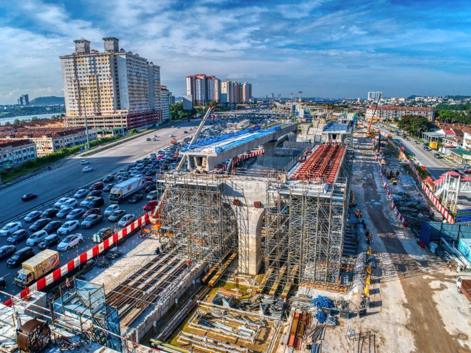 Pandangan udara pemasangan segmen berbentuk T dan pembinaan kepala tiang di tapak Stesen MRT Serdang Raya Utara.