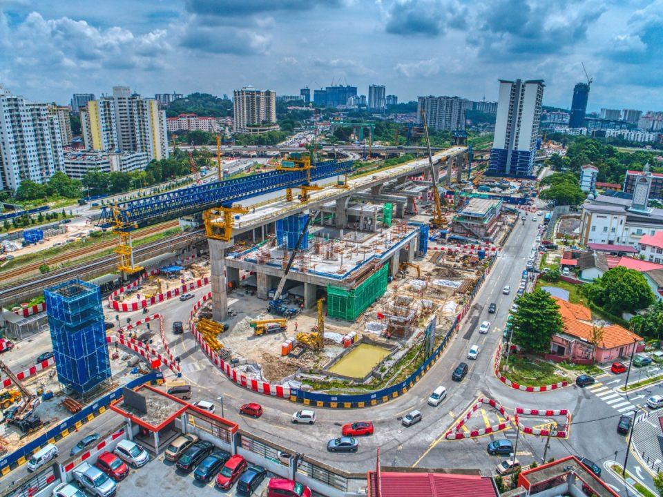 Pandangan udara pelasaran rentang dan pembinaan tiang di tapak Stesen MRT Sungai Besi.