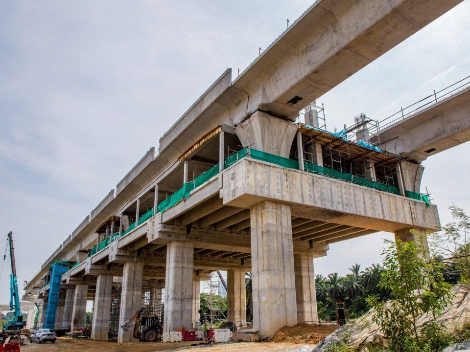 Pandangan kerja-kerja pembinaan papak aras tengah sedang dijalankan di tapak Stesen MRT Cyberjaya City Centre.