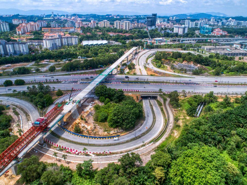 Pandangan udara kerja-kerja pembinaan papak aras tengah sedang dijalankan di jajaran berhampiran tapak Stesen MRT Putrajaya Sentral.