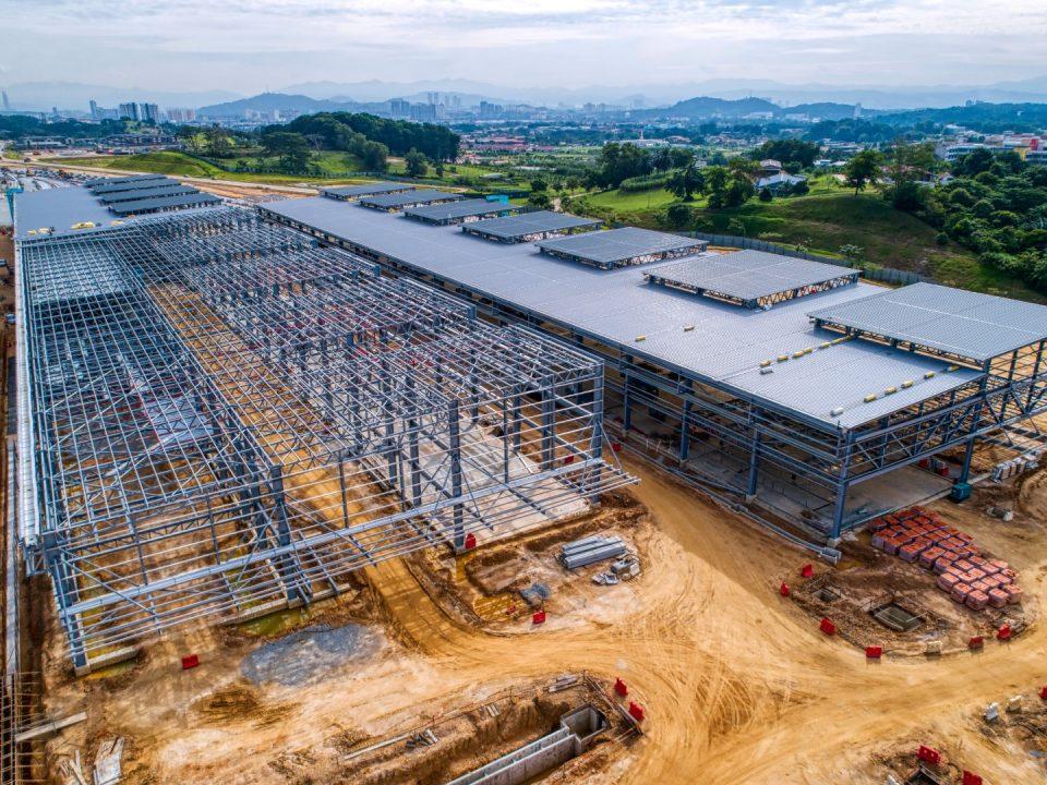 Kerja-kerja struktur besi dan bumbung sedang dijalankan untuk bangunan kereta api Depoh Serdang.