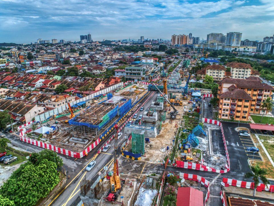 Pandangan udara tapak Stesen MRT Seri Kembangan menunjukkan pembinaan kepala sesilang dan kerja-kerja struktur bangunan utiliti.