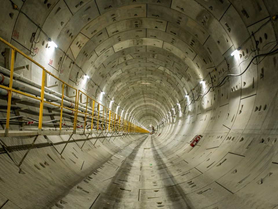 Pandangan laluan pejalan kaki dan laluan utiliti di laluan terowong antara terowong Bandar Malaysia Utara dan terowong Chan Sow Lin.
