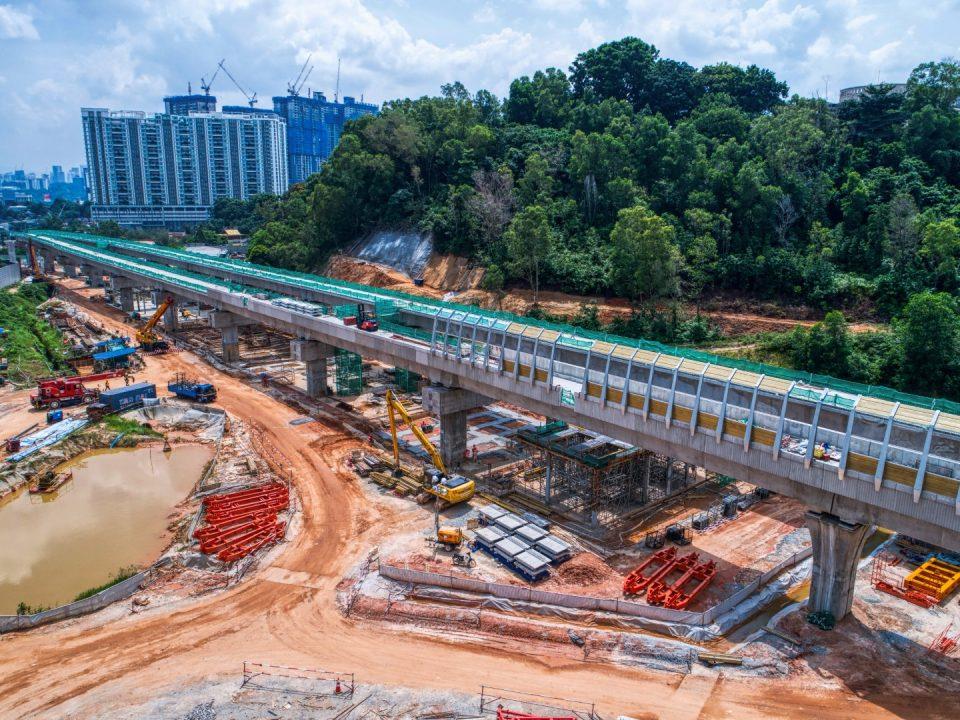 Pandangan udara pemasangan penghadang bunyi kekal dan kerja-kerja ruang legar stesen di tapak Stesen MRT Taman Naga Emas.