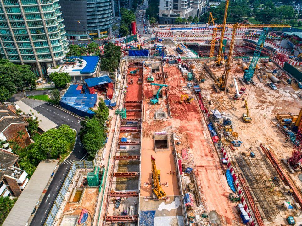 Pandangan kerja-kerja kambus balik papak bumbung dan penyingkiran sengkang besi serta aktiviti-aktiviti pembersihan penggalian aras ruang legar sedang dijalankan di tapak Stesen MRT KLCC Timur.