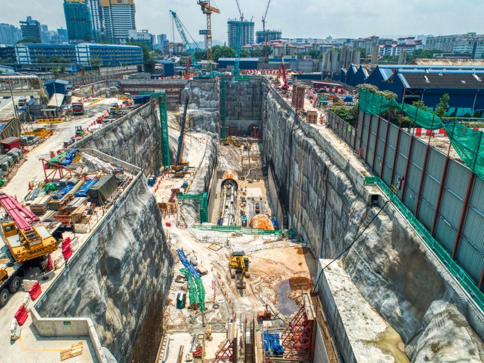 Pandangan kerja-kerja penarikan masuk mesin pengorek terowong sedang dijalankan untuk pelancaran semula di tapak Stesen MRT Chan Sow Lin.