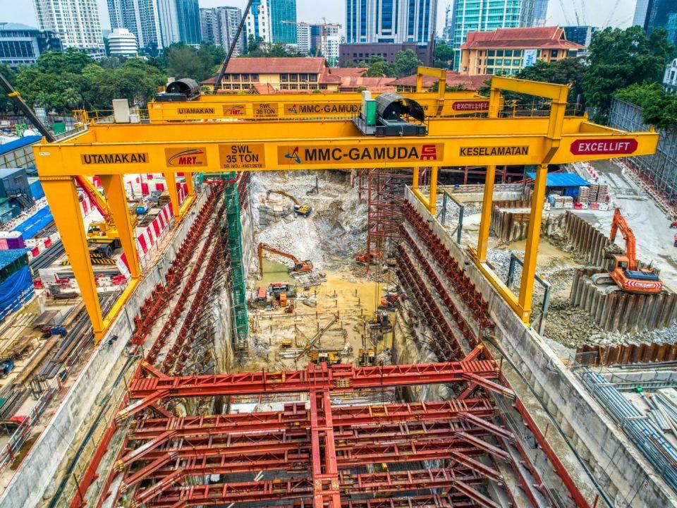 Kerja-kerja penggalian dan konkrit tetulang sedang dijalankan di tapak Stesen MRT Conlay.