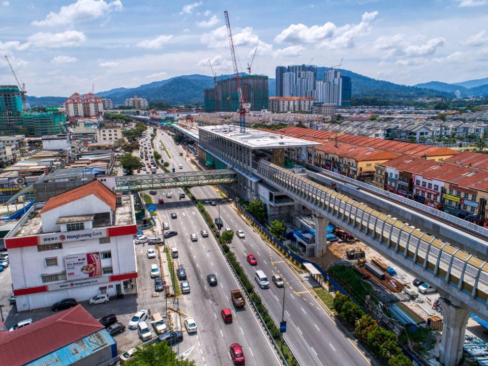 Pandangan pemasangan mukaan Stesen MRT Kepong Baru dan kerja-kerja pembinaan berterusan bagi struktur bumbung jejantas.