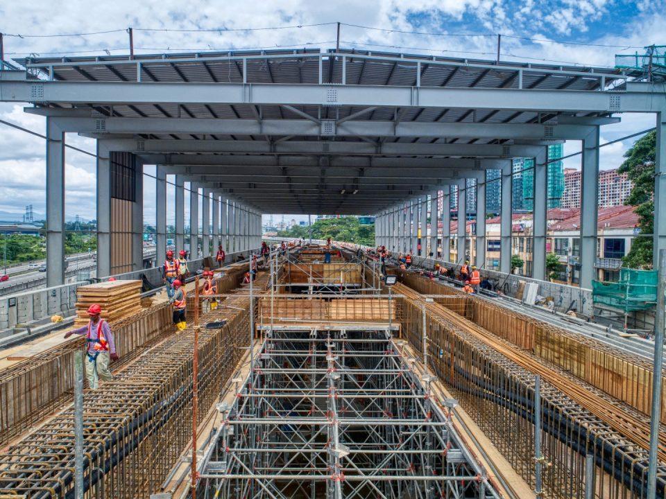 Kerja-kerja pembinaan platform stesen sedang dijalankan di tapak Stesen MRT Damansara Damai.