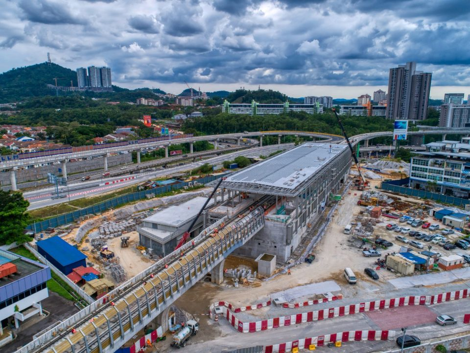 Kerja-kerja bumbung stesen sedang dijalankan di tapak Stesen MRT Sri Damansara Timur
