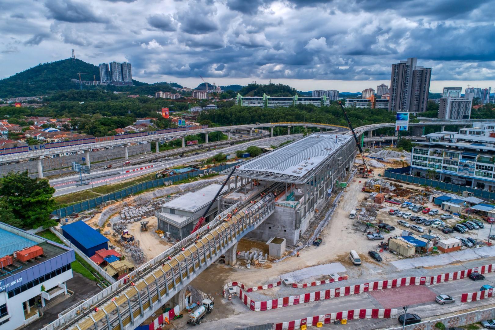 Pandangan udara kerja-kerja bumbung stesen sedang dijalankan di tapak Stesen MRT Sri Damansara Timur