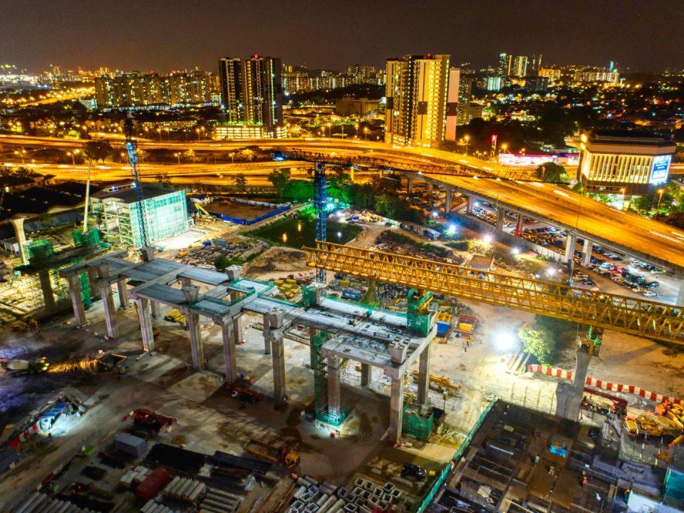 Pandangan udara pemasangan gantri pelancar dan kerja-kerja pelancaran rasuk berbentuk T di tapak Stesen MRT Kuchai Lama.