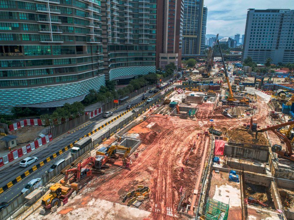 Kerja-kerja persediaan tapak platform dan penggalian di papak ruang legar bawah tanah Pintu Masuk A Stesen MRT Kampung Baru Utara.