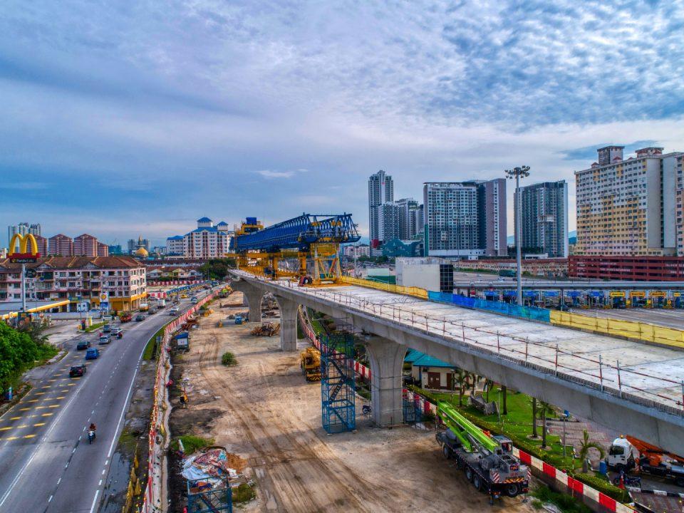 Kerja-kerja pembinaan sedang dijalankan untuk kepala tiang berbentuk T dan galang kekotak bersegmen di tapak Stesen MRT Serdang Raya Utara.