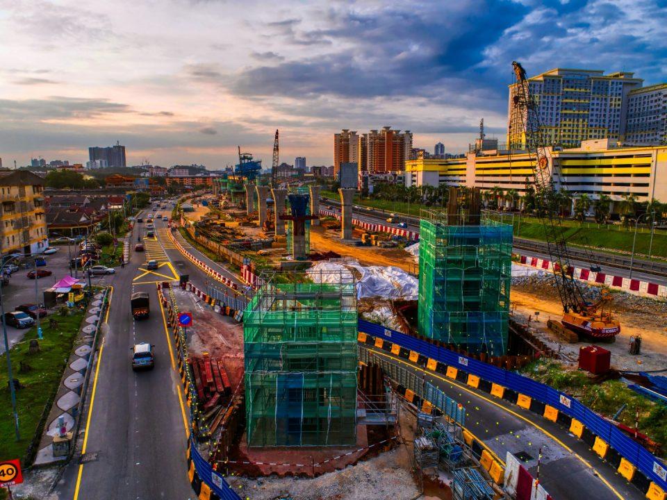 Pembinaan tiang di tiang kepala tukul di tapak Stesen MRT Serdang Raya Selatan.
