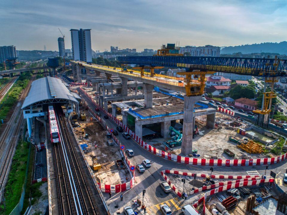 Pandangan kerja-kerja pembinaan kepala tiang bersegmen rasuk sesilang ruang legar dan pembinaan galang kekotak bersegmen di tapak Stesen MRT Sungai Besi.